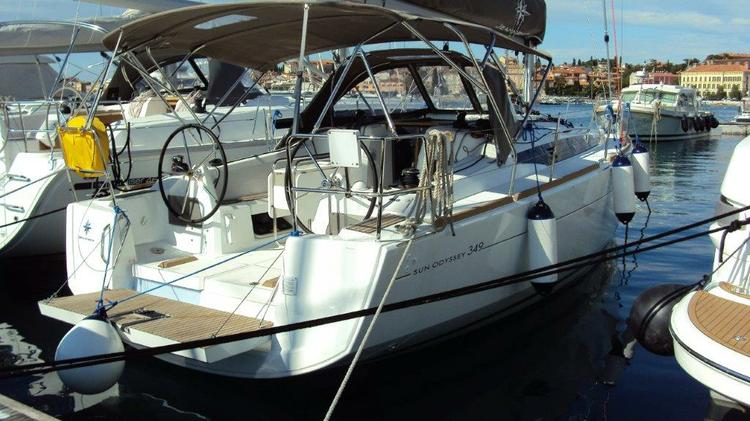 This 33.0' Jeanneau cand take up to 7 passengers around Istra