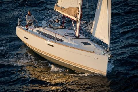This 37.0' Jeanneau cand take up to 8 passengers around Split region