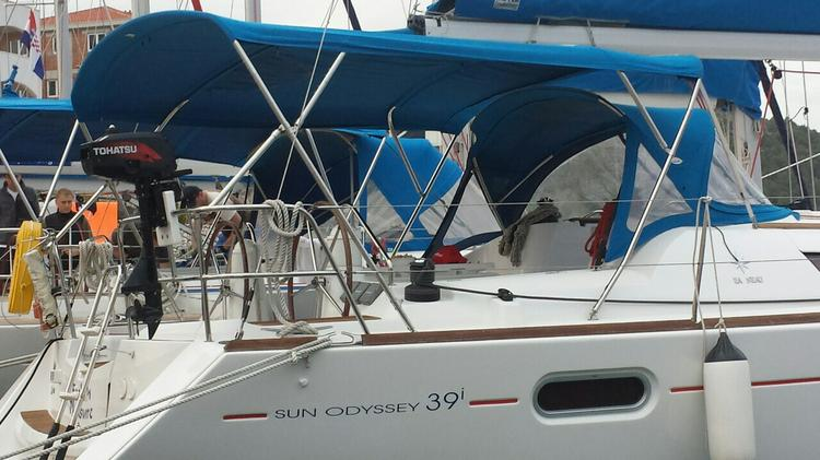 This 38.0' Jeanneau cand take up to 8 passengers around Split region