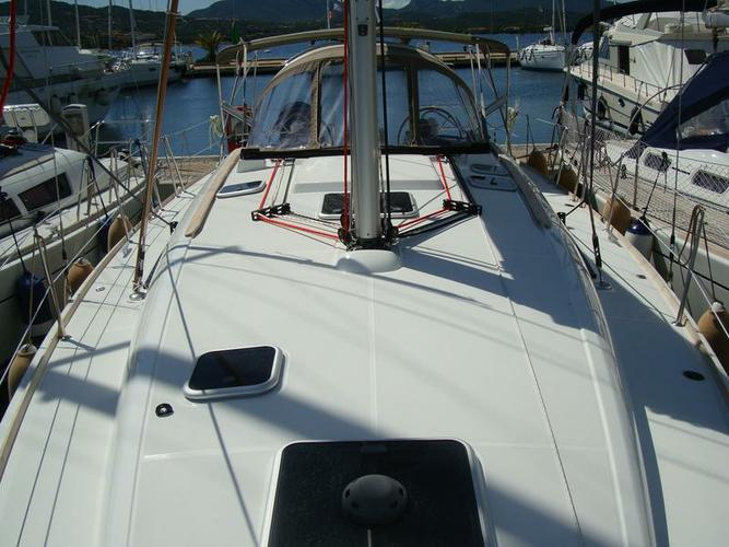 This 42.0' Jeanneau cand take up to 8 passengers around Sardinia