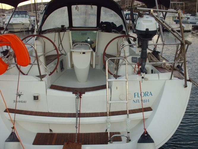 This 42.0' Jeanneau cand take up to 6 passengers around Cyclades