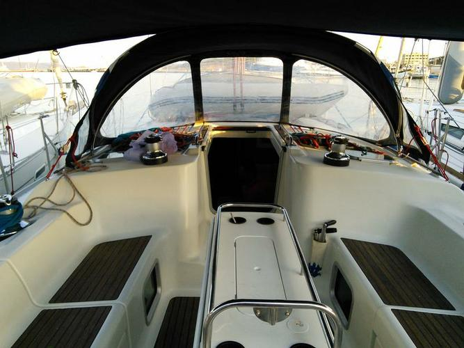 This 43.0' Jeanneau cand take up to 10 passengers around Cyclades