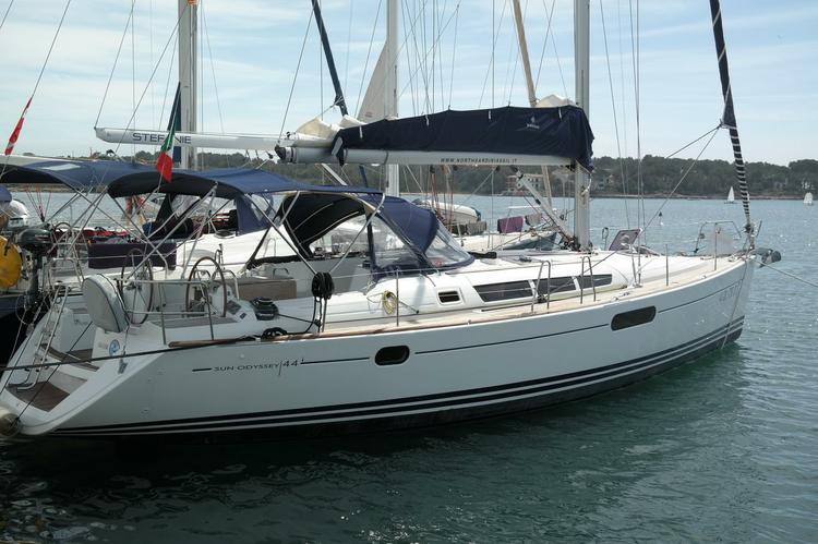 Take this Jeanneau Sun Odyssey 44i for a spin !