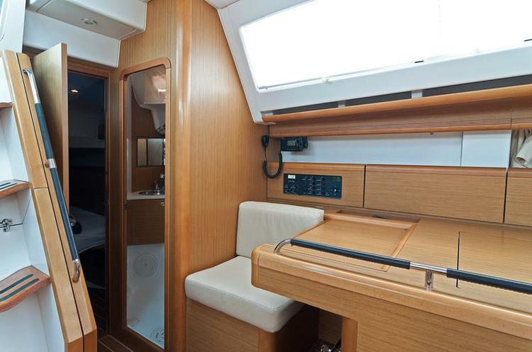 This 45.0' Jeanneau cand take up to 8 passengers around Split region