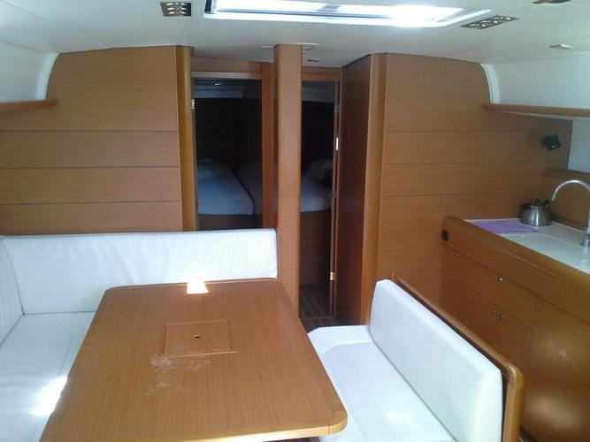 This 46.0' Jeanneau cand take up to 10 passengers around Campania