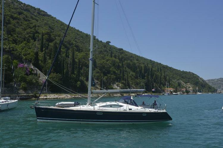 This 48.0' Jeanneau cand take up to 10 passengers around Dubrovnik region