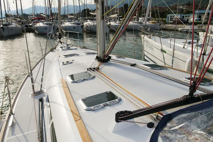 Up to 10 persons can enjoy a ride on this Jeanneau boat