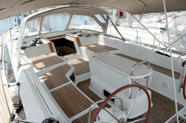 This 52.0' Jeanneau cand take up to 10 passengers around Cyclades