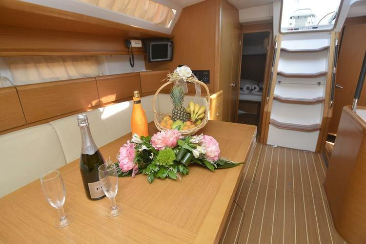 This 52.0' Jeanneau cand take up to 12 passengers around Dubrovnik region