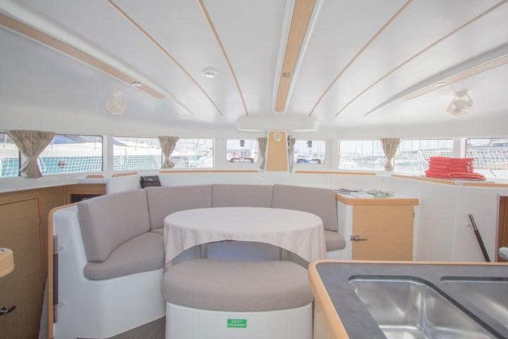 This 37.0' Lagoon-Bénéteau cand take up to 10 passengers around Split region