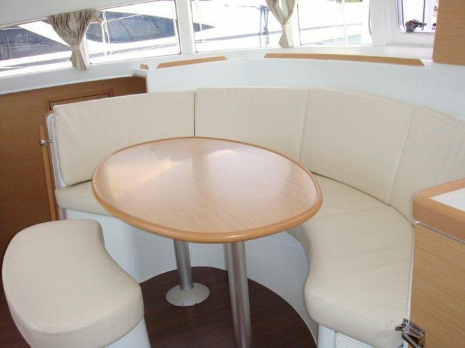 Discover  surroundings on this Lagoon 380 S2 Premium Lagoon-Bénéteau boat