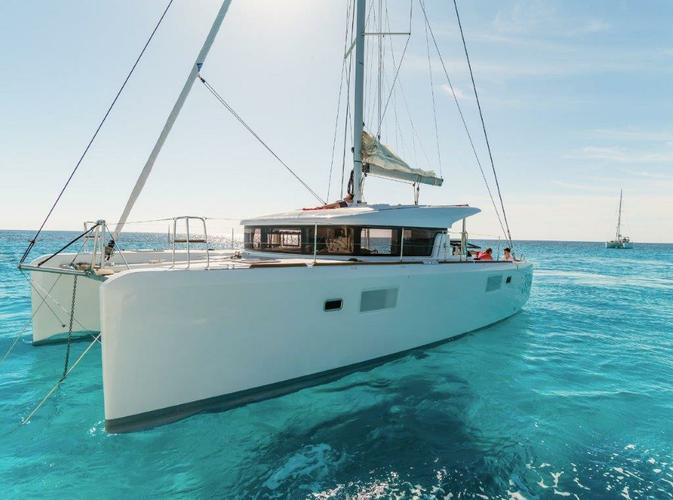 This 38.0' Lagoon-Bénéteau cand take up to 10 passengers around British Virgin Islands