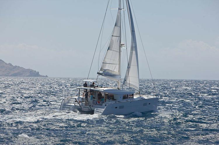 Discover Aegean surroundings on this Lagoon 400 Lagoon-Bénéteau boat