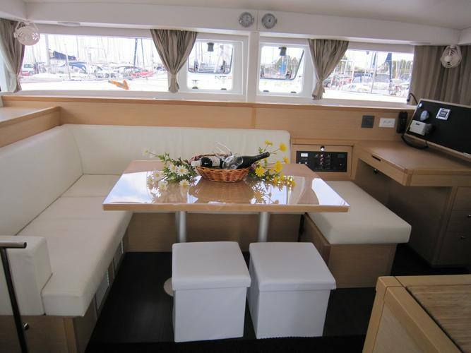 Discover Saronic Gulf surroundings on this Lagoon 400 S2 Lagoon-Bénéteau boat