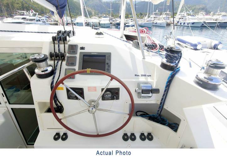 Discover Aegean surroundings on this Lagoon 420 Lagoon-Bénéteau boat
