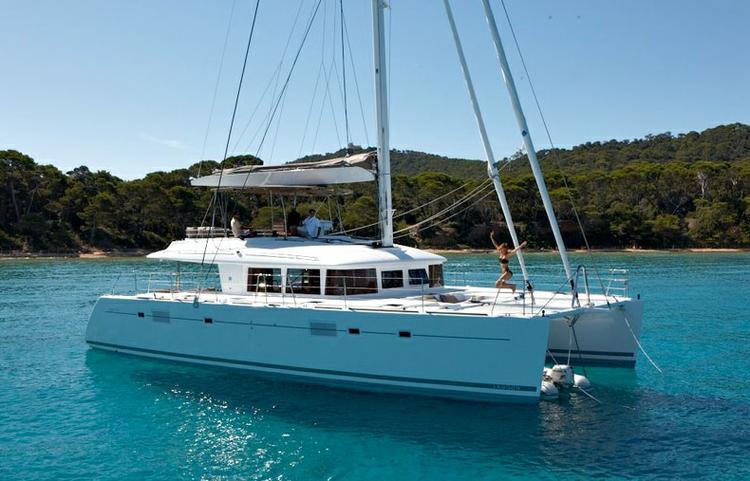 Discover Aegean surroundings on this Lagoon 560 Lagoon-Bénéteau boat