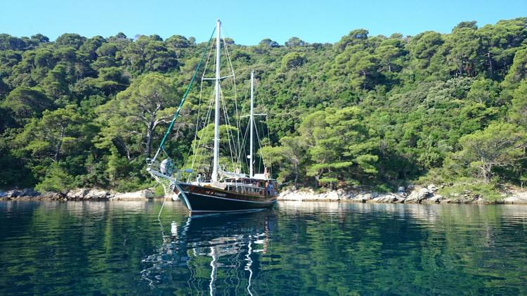 Discover Split region surroundings on this Vila Vrgade Unknown boat