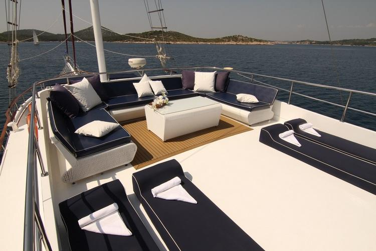 Discover Šibenik region surroundings on this Aurum Unknown boat