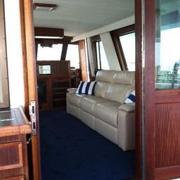 Discover Sag Harbor surroundings on this Motor yacht Hatteras boat