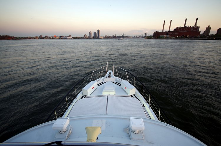 Discover New York surroundings on this 70' Hatteras boat