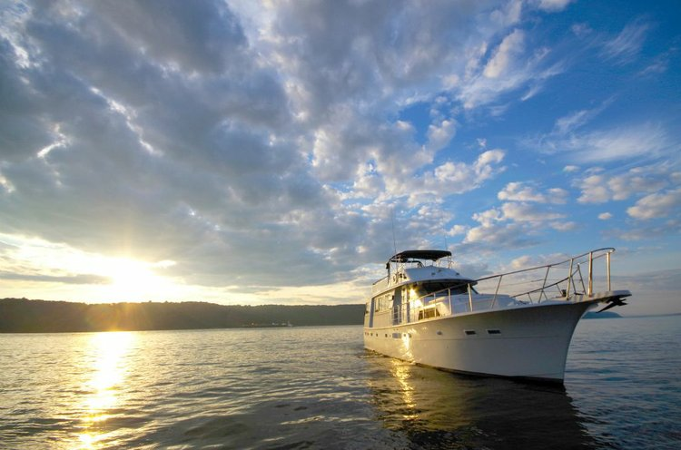 Experience an Elegant Feel of New York City aboard this Yacht