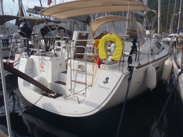 Discover Aegean surroundings on this Oceanis 43 Family Bénéteau boat