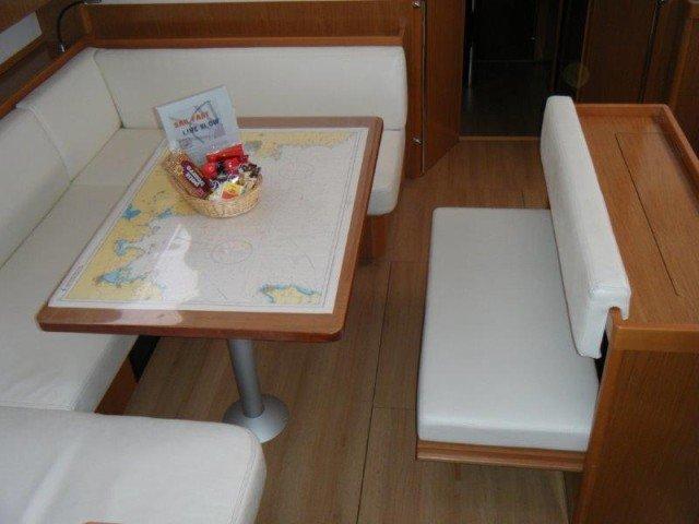 Discover  surroundings on this Bénéteau Sense 50 Bénéteau boat