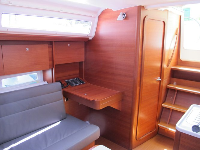 This 31.0' Dufour Yachts cand take up to 6 passengers around Veneto