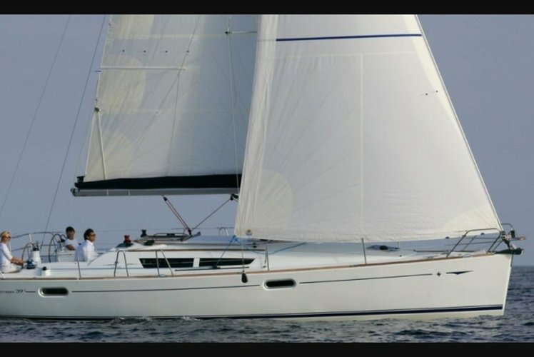 Sail NYC in this beautiful Jeanneau 39'