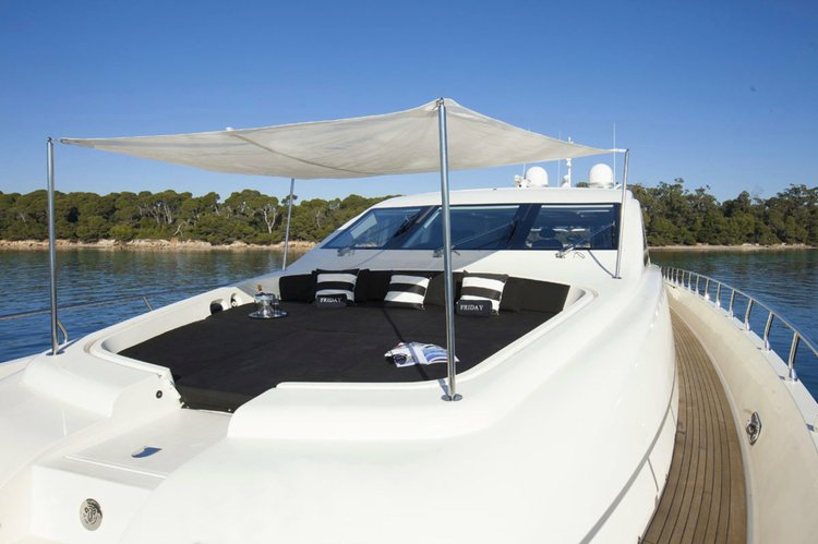 Up to 12 persons can enjoy a ride on this Performance boat