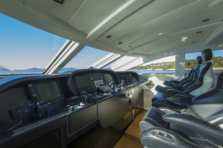 Discover Miami surroundings on this Leopard Cantieri Dell'Arno boat