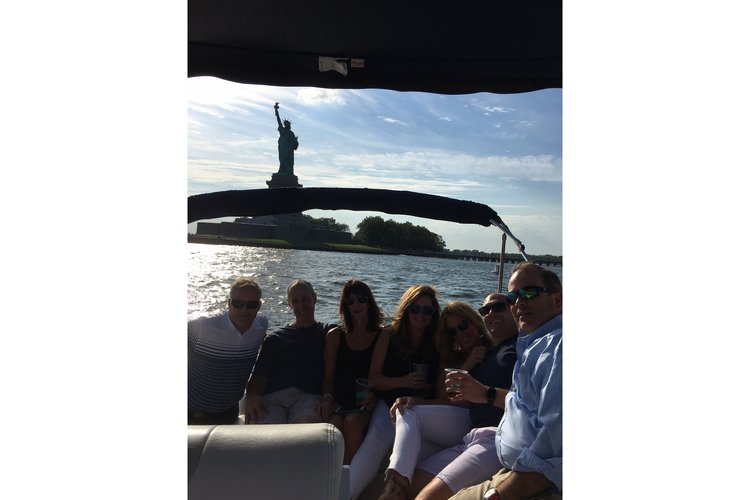 Discover New York surroundings on this Sun Dancer 280 Sea Ray boat