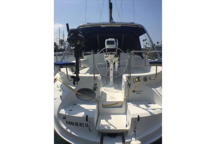 This 46.0' HUNTER cand take up to 6 passengers around Marina Del Rey