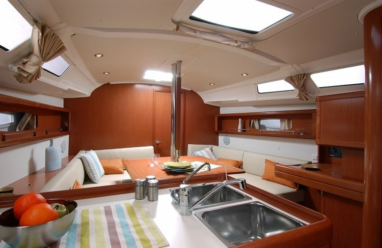 This 46.0' Sun Odysset cand take up to 10 passengers around Marseille