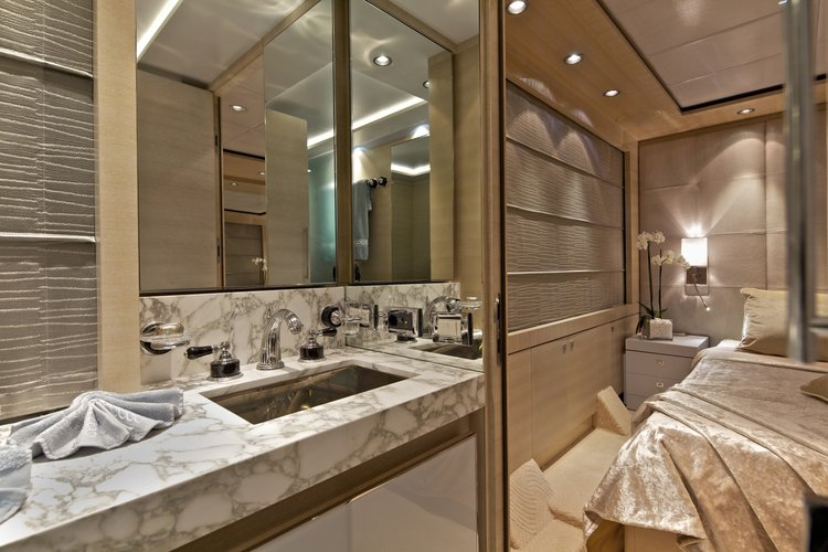 Discover Elliniko surroundings on this Custom GOLDEN YACHTS boat