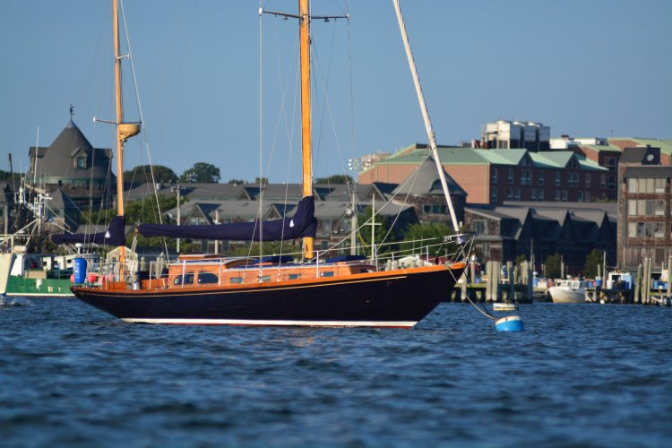 Up to 6 persons can enjoy a ride on this Yawl boat