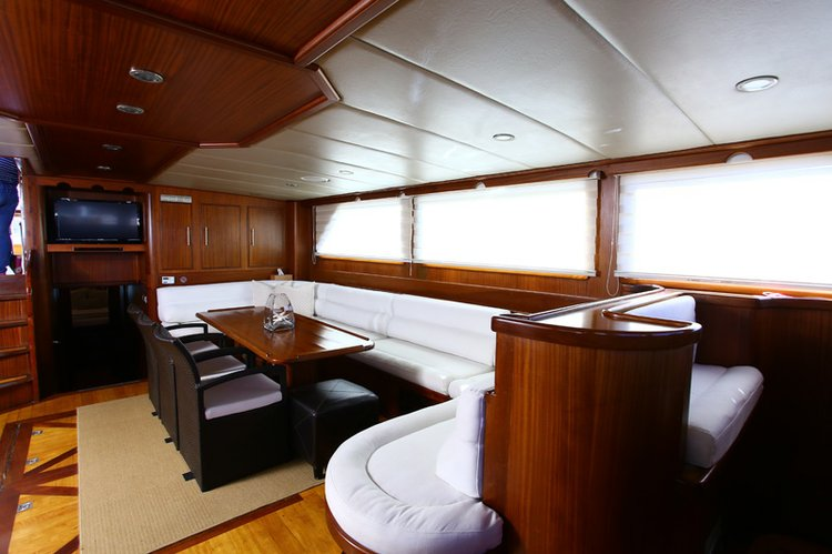 This 100.0' Custom cand take up to 10 passengers around La Paz