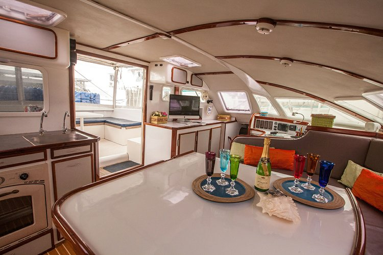 This 55.0' Outremer cand take up to 6 passengers around Belize City