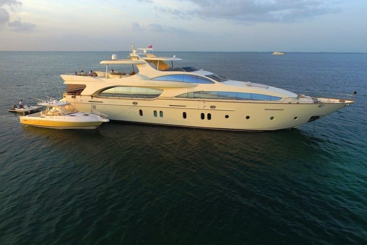 This 116.0' Azimut cand take up to 12 passengers around Aventura