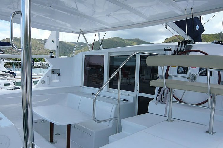 This 42.0' Lagoon cand take up to 8 passengers around Santa Fe Playa