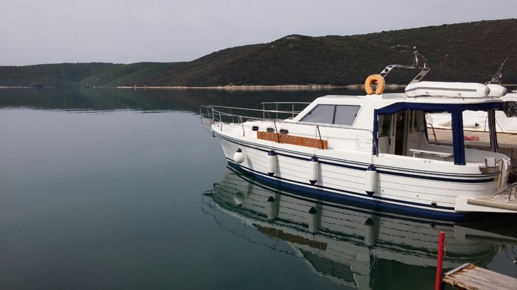 Motor yacht boat for rent in Pula