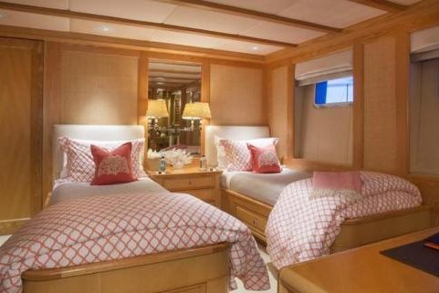 Discover Tortola surroundings on this 154 Admiral Marine boat