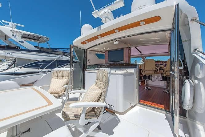 Discover Chicago surroundings on this Express 56 Savannah boat