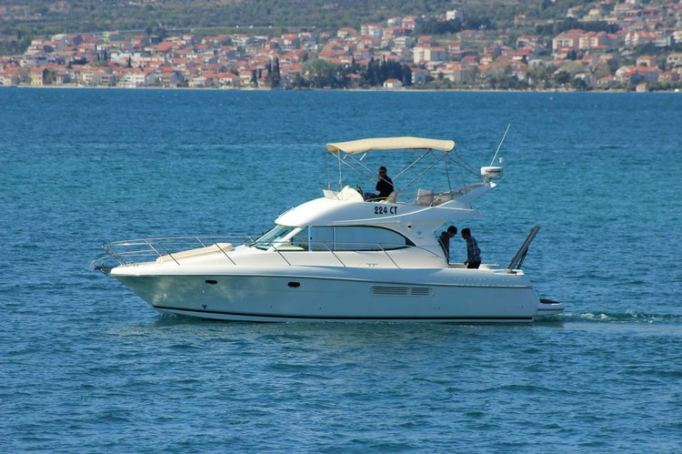 This 36.0' Jeanneau cand take up to 10 passengers around Hvar