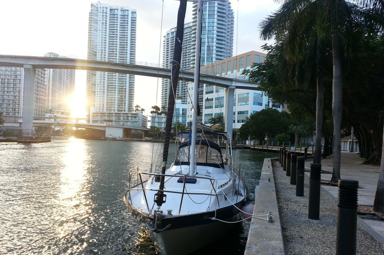 Discover Miami surroundings on this Lancer 40 Lancer boat