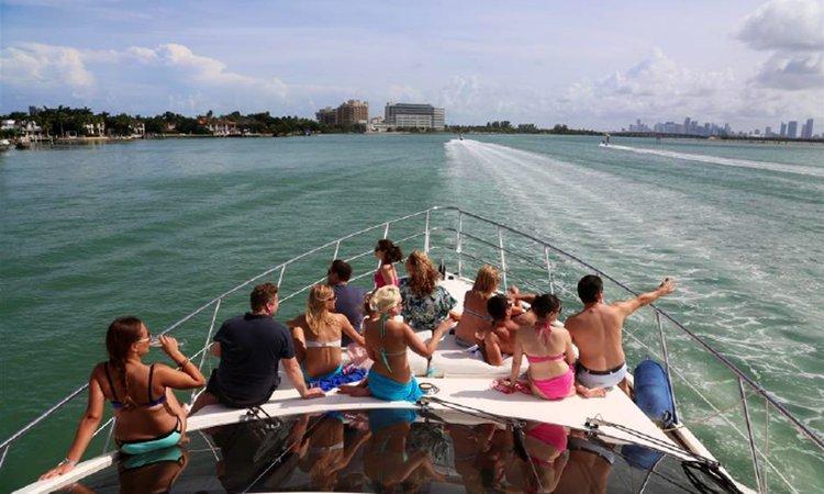 This 62.0' Azimut Fly Bridge cand take up to 13 passengers around Miami Beach