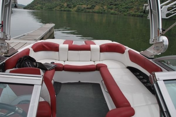 Discover Pinhao surroundings on this Mastercraft X25 Estaleiro boat