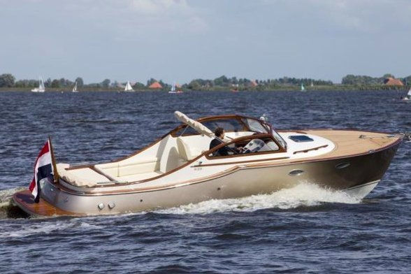 Up to 9 persons can enjoy a ride on this Runabout boat