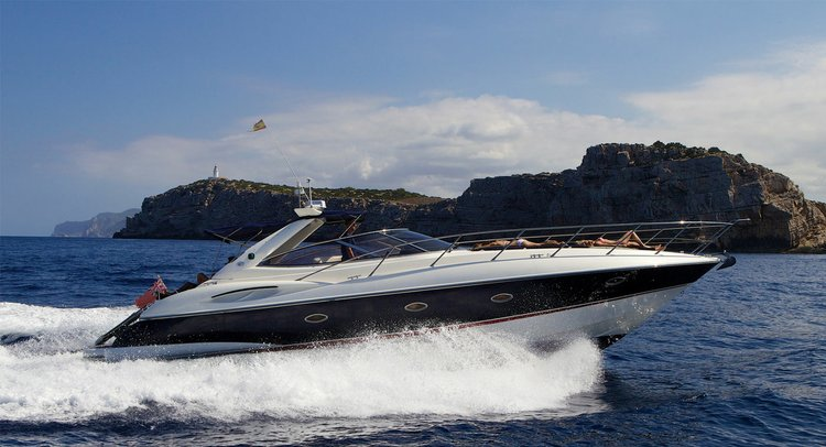 Up to 6 persons can enjoy a ride on this Sunseeker boat