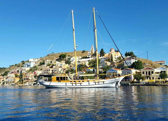 Discover HVAR surroundings on this turkish 1996 boat